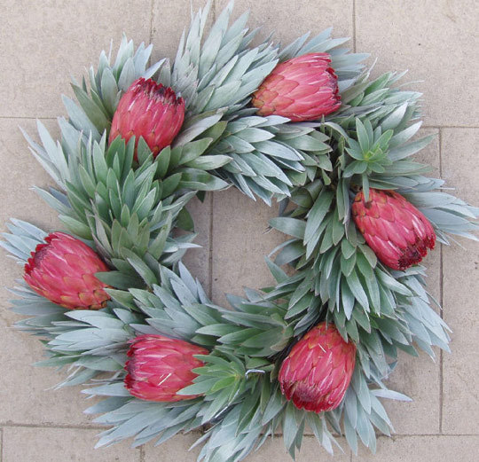 Holiday+Christmas+Wreath+-+fall+holiday+decor+-+wreath+design+-+arts+and+crafts+via+Apt+Therapy