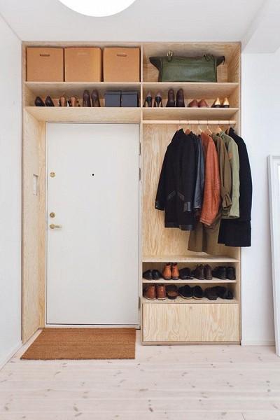 Dressing-aménagé-autour-de-la-porte-dentrée-dun-studio