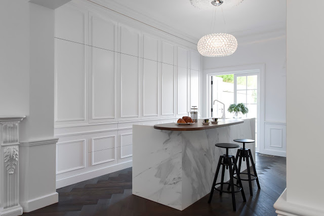 1-minosa-white-kitchen-parisioan-hand-made-door-calcutta-marble-block-herringbone-tongue-groove-hidden-kitchen-design-provisial-woollahra-design-award-kbdi-2015-00